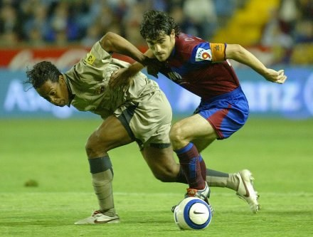 Inaki Descarga (z prawej) walczy o piłkę z Ronaldinho /AFP