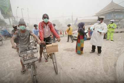 Indonezyjskie miasta pokryły się wulkanicznym pyłem /BIMO SATRIO /PAP/EPA