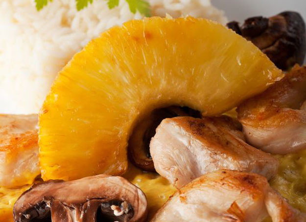 Indyk w curry z ananasem i bananem /©123RF/PICSEL