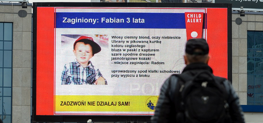 Informacja z systemu Child Alert o zaginięciu 3-letniego Fabiana jest wyświetlana między innymi na ekranie reklamowym w Alejach Jerozolimskich w Warszawie /Marcin Obara /PAP