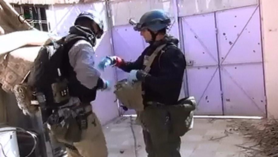 Inspektorzy ONZ badający próbki materiałów na miejscu sierpniowego ataku /MOADAMIYEH MEDIA CENTER    /PAP/EPA