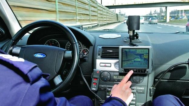 Instrukcja obsługi wideorejestratora wymaga, aby na początku i końcu pomiaru prędkości radiowóz trzymał taki sam dystans do namierzanego auta. Jeśli tak nie jest, wynik może być nieprawidłowy. /Motor