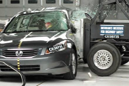 Insurance Institute for Highway Safety testuje samochody /