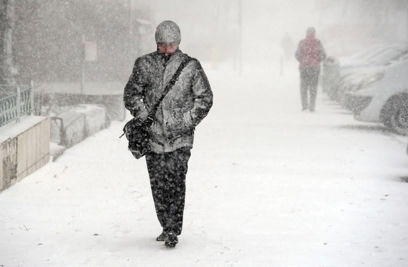 Intensywna burza śnieżna przeszła nad Szczecinem. /Marcin Bielecki /PAP