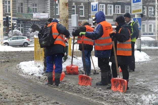 Intensywne opady śniegu utrudniają życie mieszkańcom Szczecina /Marcin Bielecki /PAP