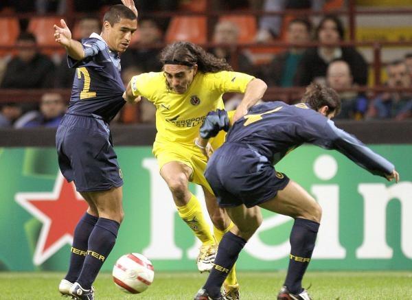 "Inter - Villarreal CF 2:1. Juan Pablo Sorin w ""kleszczach"" Ivana Cordoba oraz Javier Zanetti /AFP"