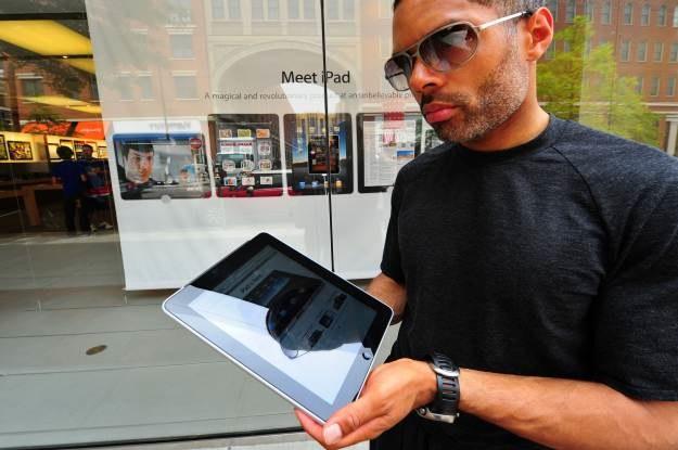 iPad nie jest sprzętem rewolucyjnym, ale ma ciekawe rozwiązania. Nie spodoba się on jednak każdemu /AFP