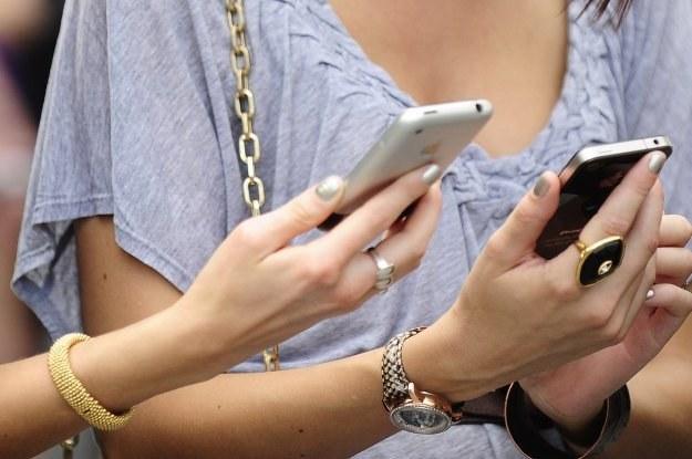 """iPhone 4 nie doczekał się oficjalnej premiery """"białej wersji"""" na Zachodzie /AFP"""