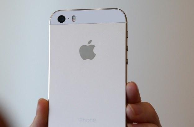 iPhone 5s dostępny jest w trzech kolorach: srebrnym, szarym i złotym /AFP