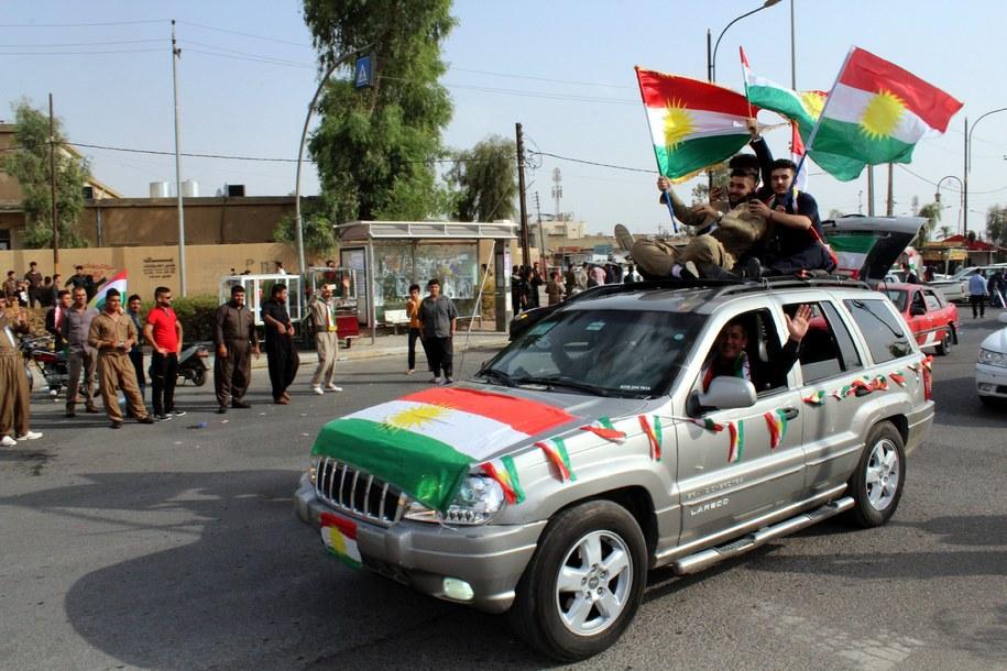 Iraccy Kurdowie z oficjalną flagą Kurdystanu / EPA/STR  /PAP/EPA
