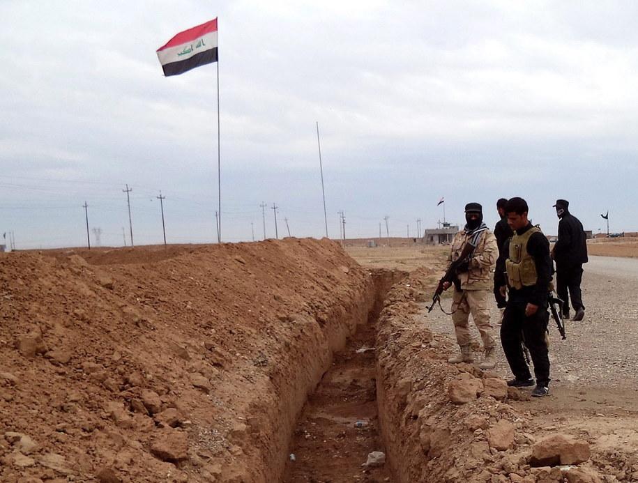 Iraccy żołnierze i ochotnicy z milicji szyickiej w pobliżu miasta Amerli na północy Iraku /ALI MOHAMMED /PAP/EPA