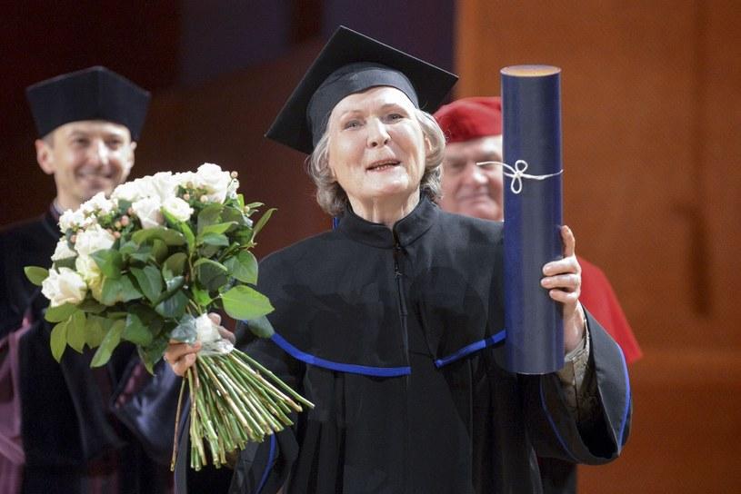 Irena Santor cieszy się z tytułu doktora honoris causa /Piotr Kamionka /Reporter