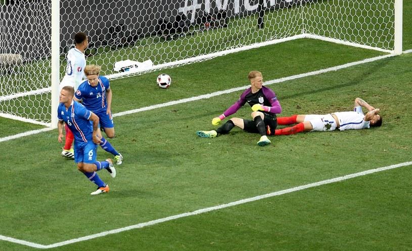 Islandczyk Ragnar Sigurdsson (z lewej) cieszy się z gola na 1-1 w meczu z Anglią /PAP/EPA