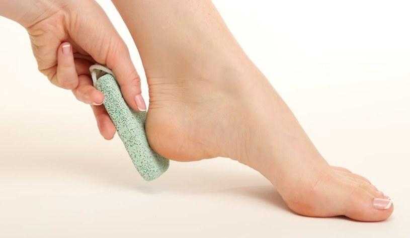 Istnieją skuteczne sposoby na pękające pięty /©123RF/PICSEL