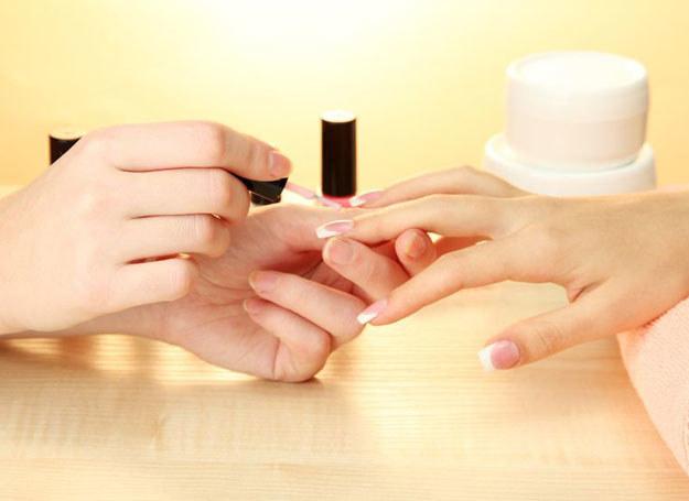 Istnieje kilka metod, które przedłużą trwałość manikiuru na paznokciach /123RF/PICSEL