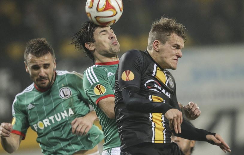 Ivica Vrdoljak walczy o piłkę z Aleksandrem Scholzem /PAP/EPA
