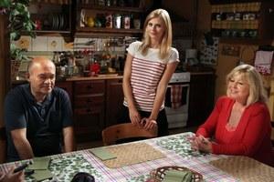 Iwona (Izabela Zwierzyńska) zawsze może liczyć na wsparcie swoich najbliższych, w tym babci Teresy (Jolanta Lothe). /fot  /ARTRAMA
