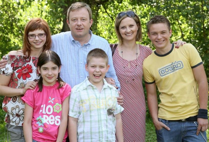 """Iza Kuna z serialową rodziną z """"Barw..."""" /Agencja W. Impact"""