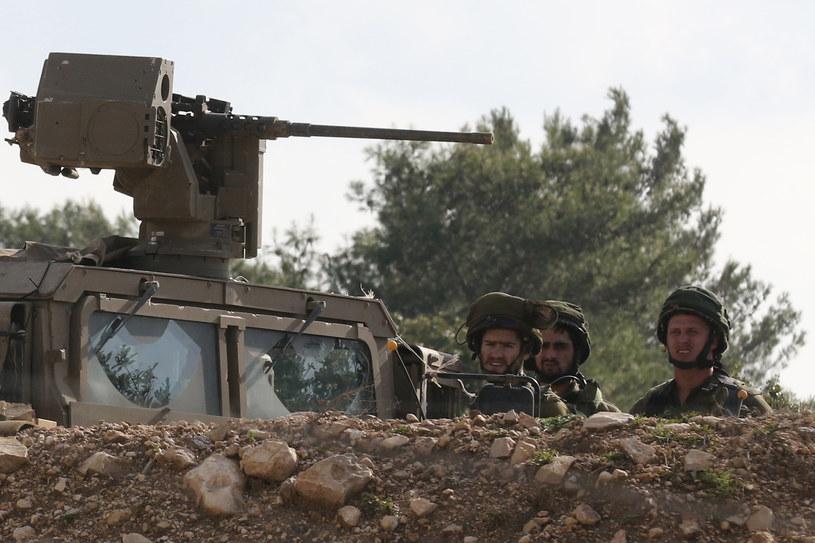Izraelscy żołnierze obserwują granicę z Libanem /Mahmoud ZAYYAT /AFP