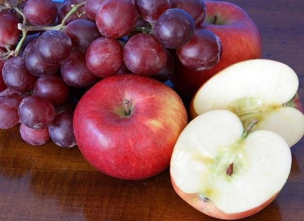 Jabłka i winogrona - owoce młodości! /123RF/PICSEL