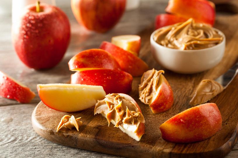 Jabłka są świetnym wyborem dla osób na diecie. Z dodatkiem masła orzechowego stanowią pożywną przekąskę /©123RF/PICSEL