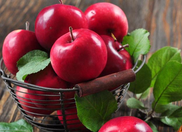 Jabłko nie zawiera cholesterolu ani soli, jest niskokaloryczne /123RF/PICSEL