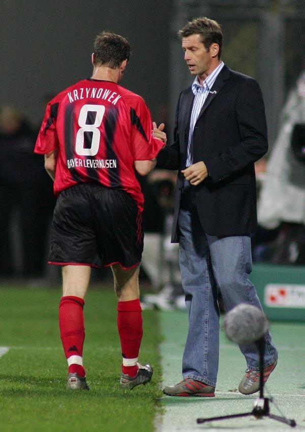 Jacek Krzynówek i trener Bayeru Leverkusen Michael Skibbe. Fot. Marek Biczyk /Agencja Przegląd Sportowy