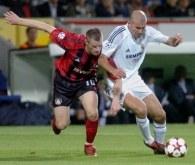 Jacek Krzynówek i Zinedine Zidane walczą o piłkę /AFP
