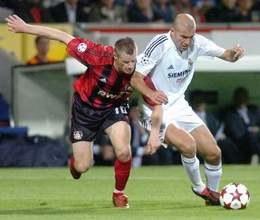 Jacek Krzynówek walczy jak równy z równym z Zinedinem Zidanem /AFP