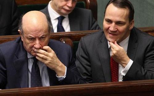 Jacek Rostowski (z lewej) i Radosław Sikorski (z prawej) /Witold Rozbicki /Reporter