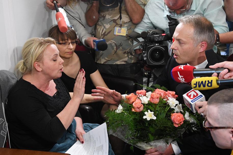 Jacek Żalek przyszedł do protestujących z kwiatami / PAP/Radek Pietruszka /PAP