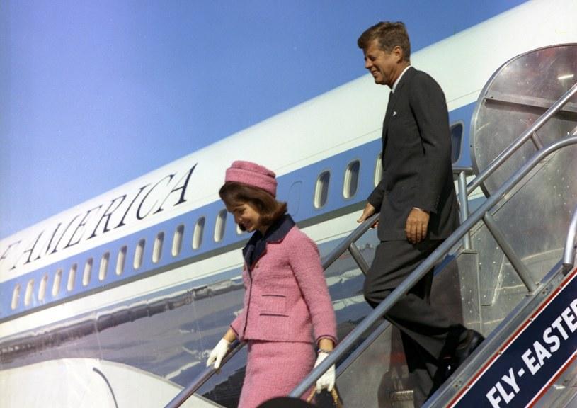 Jacqueline  i John F. Kennedy na lotnisku w Dallas /AFP