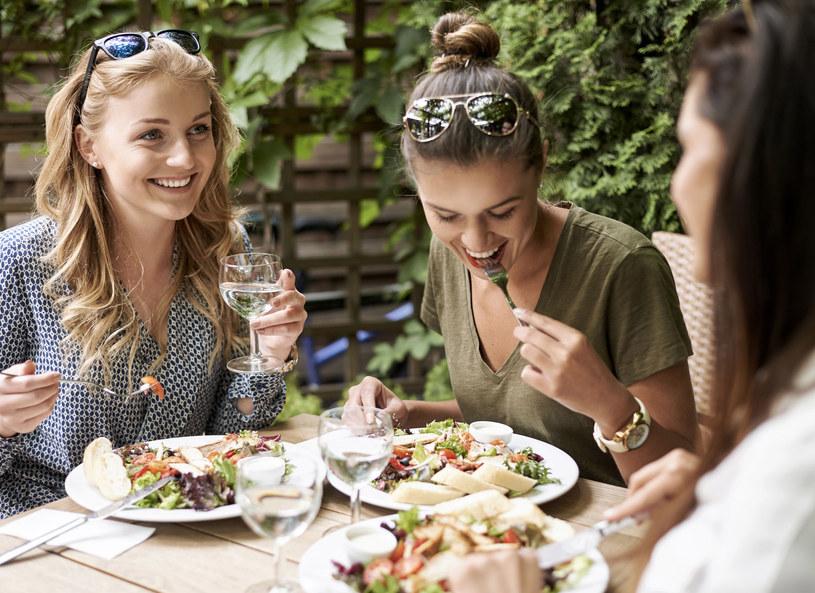 Jadając w restauracjach nie jesteś w stanie określić kaloryczności spożywanych dań /©123RF/PICSEL