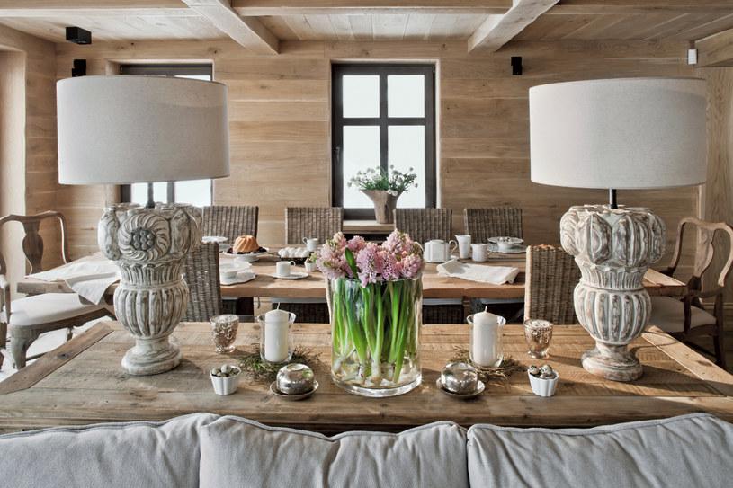 Jadalnia. W całym domu wiele przedmiotów, jak np. ozdobne lampy, występuje w parach. To podkreśla symetrię kompozycji, charakterystyczną m.in. dla stylu Ludwika XVI /Rafał Lipski /Twój Styl
