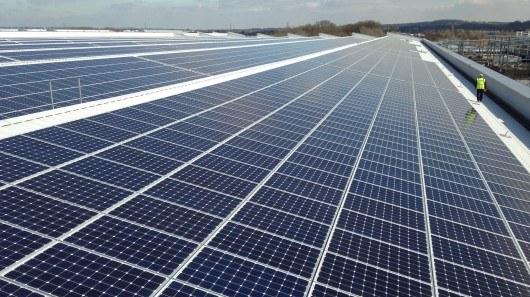 Jaguar ma największy dach pokryty panelami słonecznymi wśród koncernów motoryzacyjnych /materiały prasowe