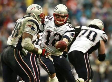 Jaguars - Patriots 21-24. Tom Brady przekazuje piłkę Coreyowi Dillonowi /AFP