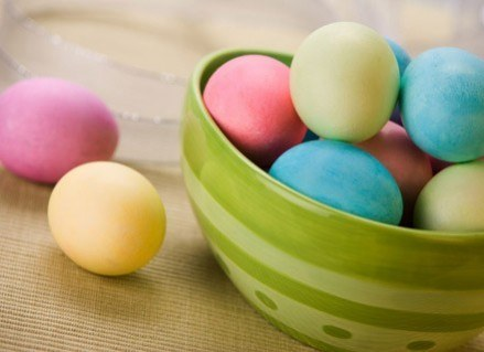 Jajka można zafarbować naturalnymi metodami. /Foody.pl