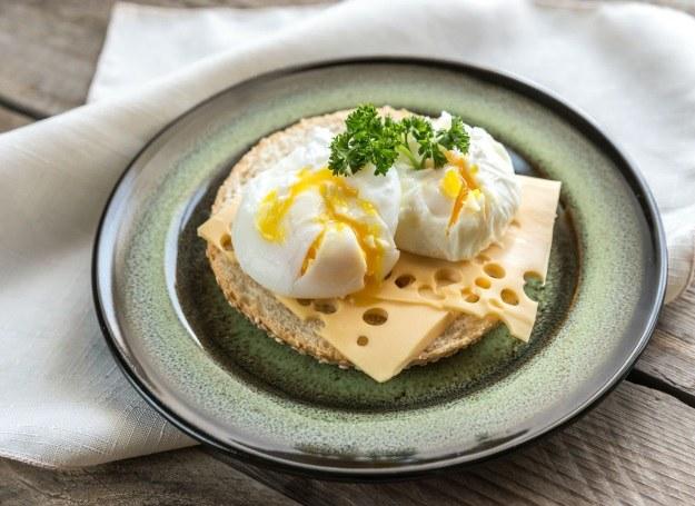 Jajka w koszulkach podane na kanapce /©123RF/PICSEL