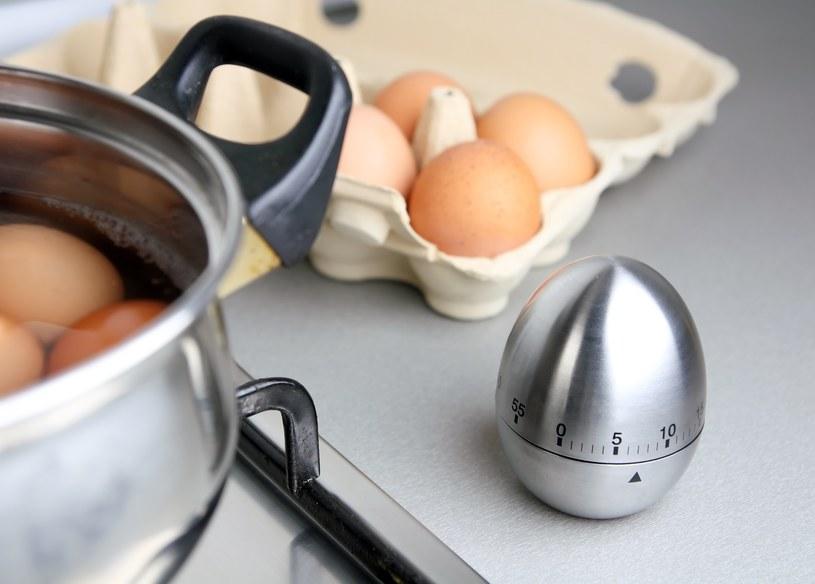Jajko na twardo należy gotować nie dłużej niż 10 minut. /©123RF/PICSEL