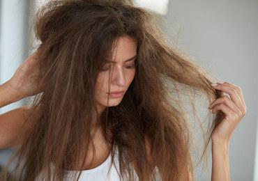 Jak dodać blasku suchym włosom?