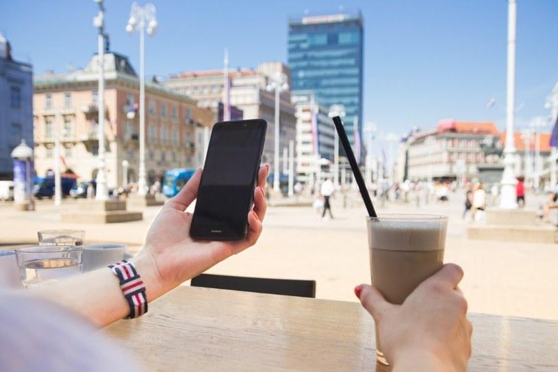Jak korzystamy ze smartfonu podczas wakacji? /materiały prasowe