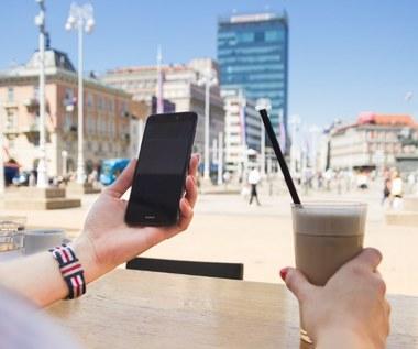 Jak korzystamy ze smartfonu podczas wakacji?