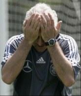 Jak mogliśmy zremisować?! - zdaje się mówić Rudi Voeller. /AFP