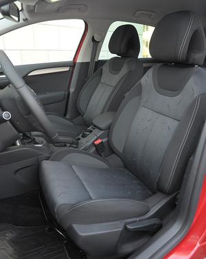 Jak na kompakt bez sportowego charakteru, C4 ma mocno profilowane fotele. /Motor