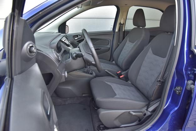 Jak na niedrogie auto, fotele są bardzo przyzwoite – wystarczająco obszerne i wygodne. /Motor