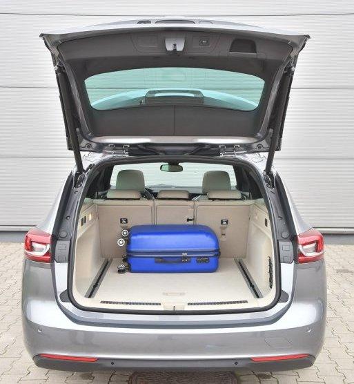 Jak na samochód o tej długości, bagażnik Insigni nie imponuje pojemnością – 560 litrów to o 100 l mniej niż np. w Skodzie Superb kombi. /Motor