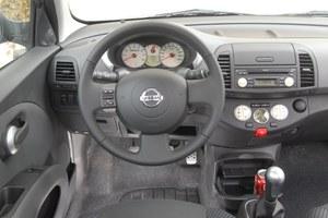 Jak na zwykły, masowo produkowany samochód Micra K12 ma bardzo oryginalne wnętrze. Uwzględniono uwagi kobiet, które miały stanowić główną grupę klientów. Na zdjęciu wersja SR 160. /Motor