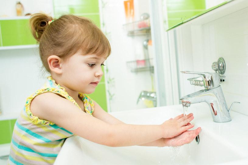 Jak najczęściej myj ręce gorącą wodą z mydłem, zwłaszcza przed posiłkami, po powrocie dziecka z przedszkola czy zabawie z rówieśnikami /©123RF/PICSEL