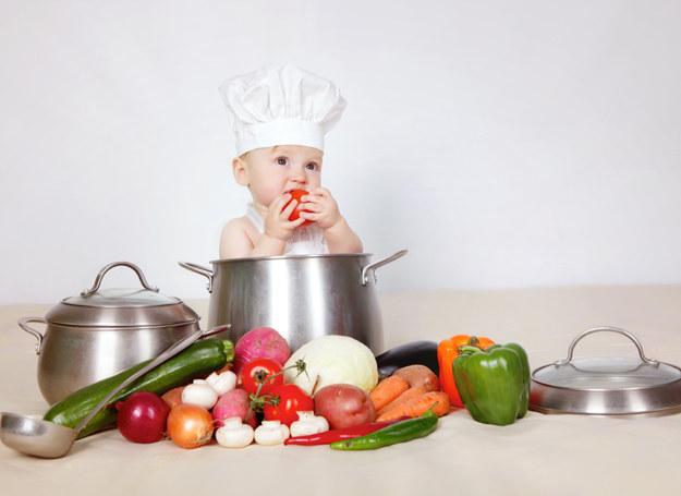 Jak najlepiej zachęcić dziecko do jedzenia warzyw? Dając przykład! /©123RF/PICSEL