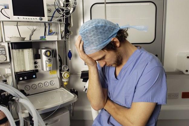 Jak naprawdę wygląda praca i zarobki lekarza rezydenta? /Agencja SE/East News